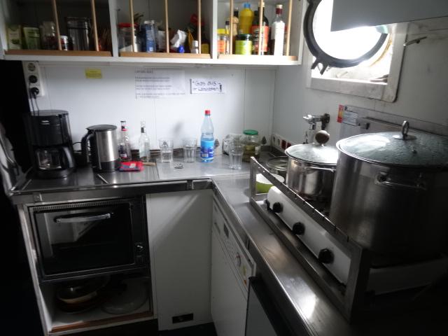 Praktische Anordnung in der Küche der Beluga II spart viel Platz © oekobeobachter