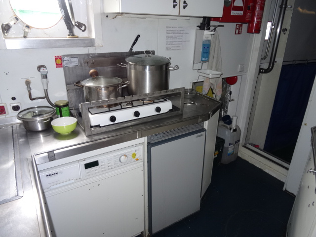 Beluga II - Küche unter Deck © oekobeobachter