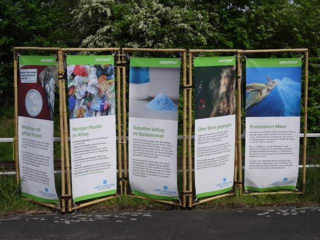 Informationswände am Ufer bringen das Thema Belastungen der Meere durch Plastikmüll auf den Punkt © oekobeobachter