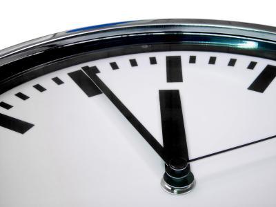 Uhr zeigt kurz vor zwölf / by_Kurt Michel_pixelio.de