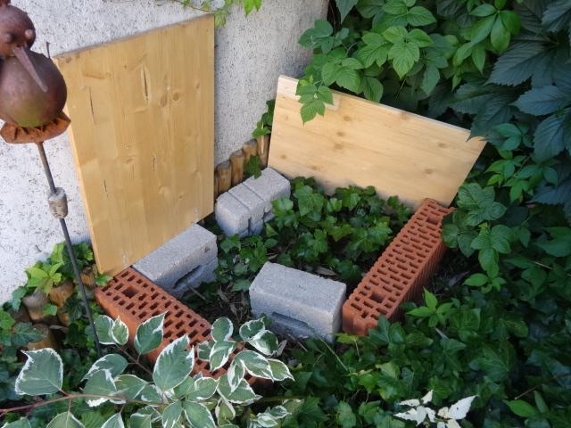 Randsteine der Igelburg unter geöffneten Holzdeckeln - copyright Paul Bock